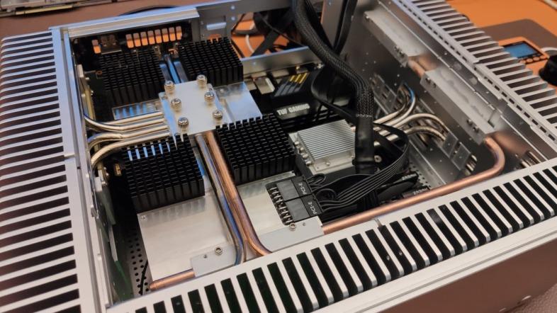 Turemetal UP10にGeForce RTX 3080を組み込んだ状態