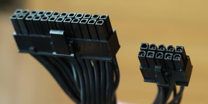 左: 24ピン電源コネクタ / 右: ATX12VO 10ピン電源コネクタ