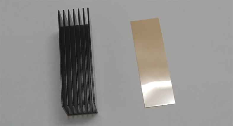 左: HM-23本体   右: 熱伝導両面テープ